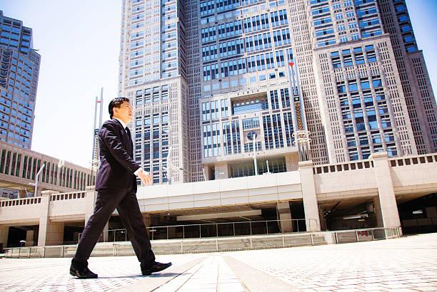 правительства японии работник по пути на работу токио сити-холл - политика и правительство стоковые фото и изображения