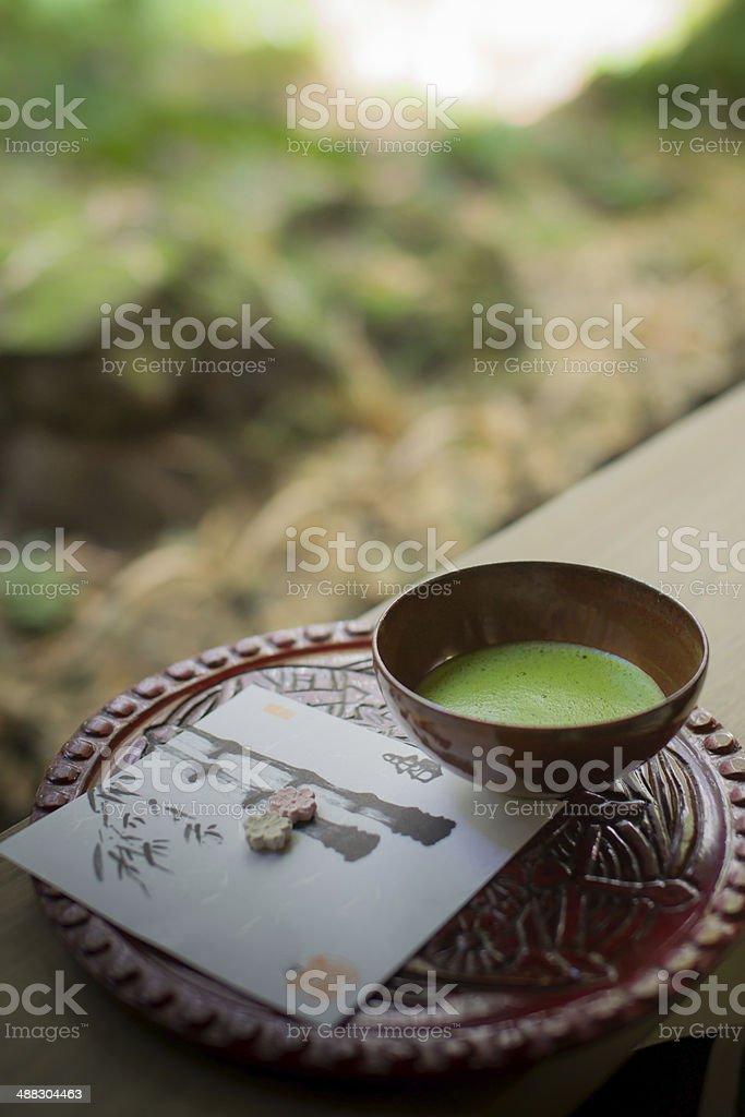 Ein japanischer grüner Tee Ambiente auf Holzbank. – Foto