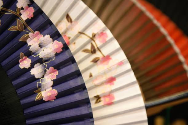 japanische handbemalt fans - japanischer fächer stock-fotos und bilder