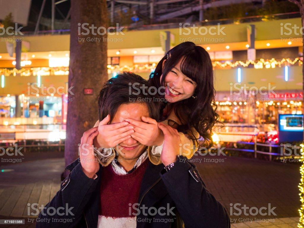 日本の高校の女の子は、彼氏を目隠し。 ストックフォト