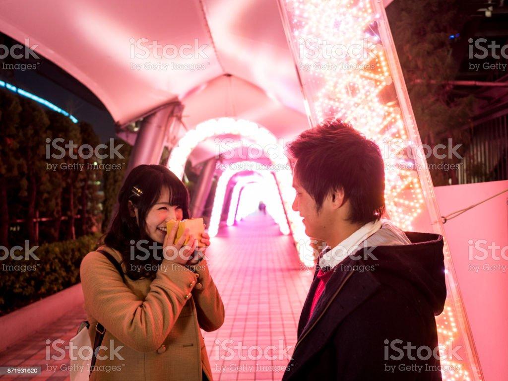 彼氏をデート日本の高校の女の子。 ストックフォト
