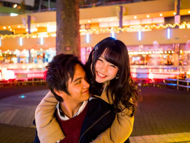 彼氏をデート日本の高校の女の子。 - ガールフレンド ストックフォトと画像