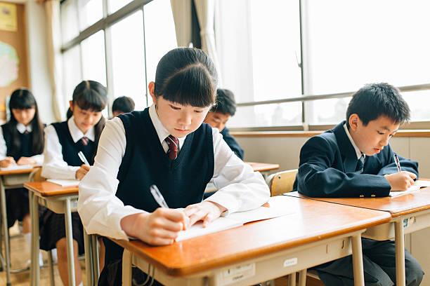 日本の高校生検査の実行 - 中学校 ストックフォトと画像
