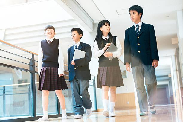 日本の高校生垂れ下がる出力間でのクラス - 中学校 ストックフォトと画像