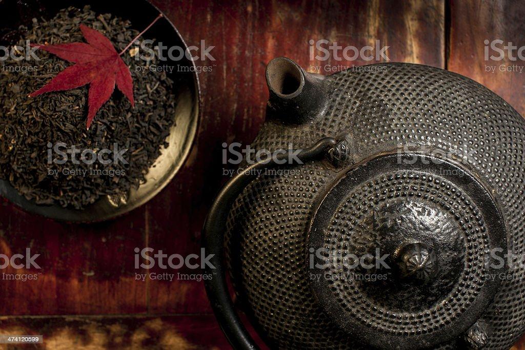 Japanische Teekanne und Haufen von eisernen Tee Blätter von oben. – Foto