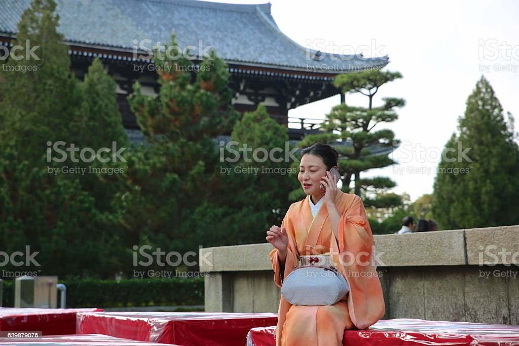 Japanese kimono lady sitting and talking  at Tofuku temple stock photo