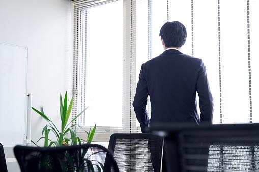 後ろを向いているビジネスマン|KEN'S BUSINESS|ケンズビジネス|職場問題の解決サイト