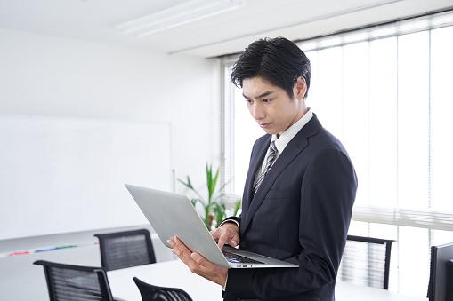 男性ビジネスマンの写真|KEN'S BUSINESS|ケンズビジネス|職場問題の解決サイト中間管理職・サラリーマン・上司と部下の「悩み」を解決する情報サイト