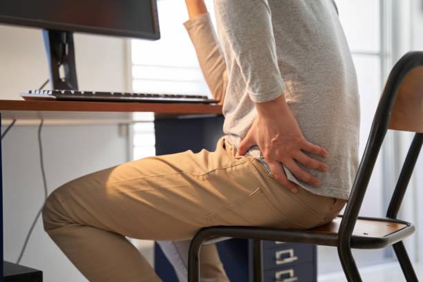 집에서 일하면서 허리 통증을 겪는 일본 남성 사업가 - 엉덩관절 뉴스 사진 이미지