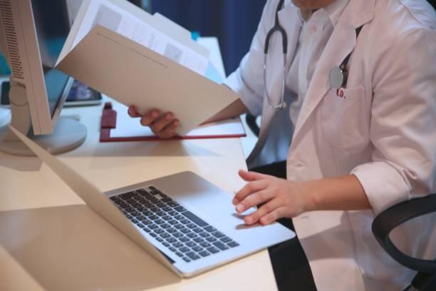 日本的男醫生檢查檔圖像檔