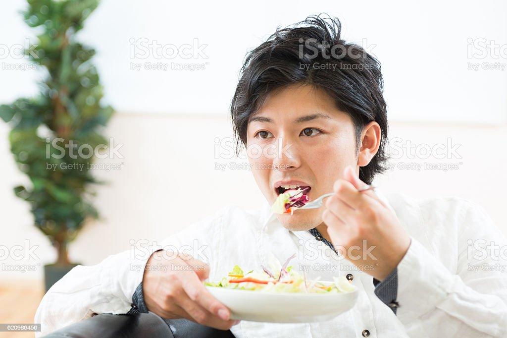 Japanese man eating salad foto royalty-free