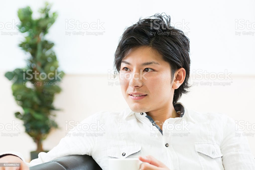 Japanese man having a cup of tea foto royalty-free