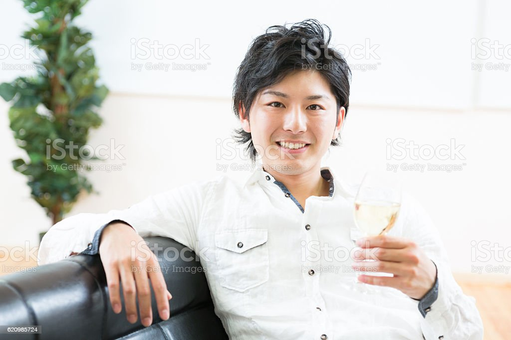 Japanese man having a glass of white wine foto royalty-free