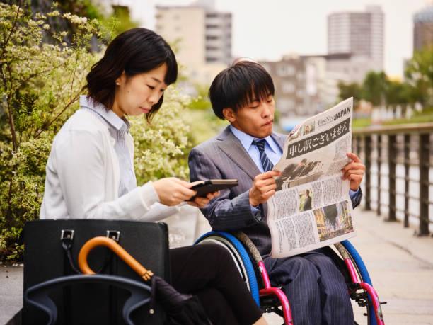 日本人男性を若い女性と車椅子 - disabilitycollection ストックフォトと画像