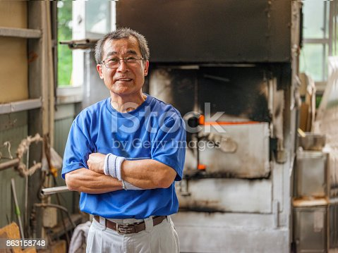 istock Japanese Man in Glass Blowing Factory 863158748