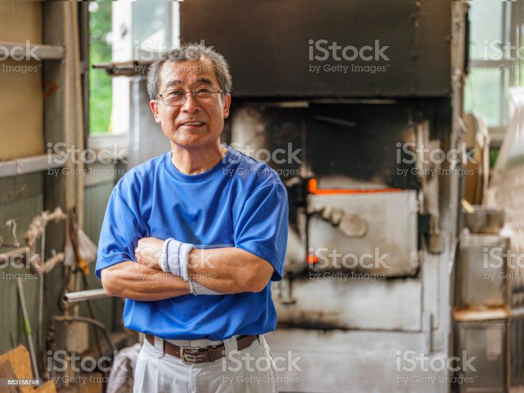 日本男子在玻璃吹制廠圖像檔
