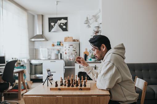 Foto de Homem Japonês Jogando Xadrez Virtual Com Amigo Online Durante Os Tempos De Distanciamento Social e mais fotos de stock de 35-39 Anos