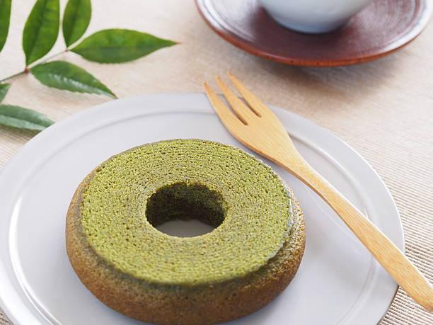 japanese matcha baum kuchen - grüntee kuchen stock-fotos und bilder