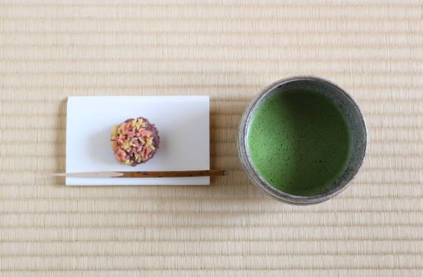 japanische matcha tee und süßen speisen - grüner tee koffein stock-fotos und bilder