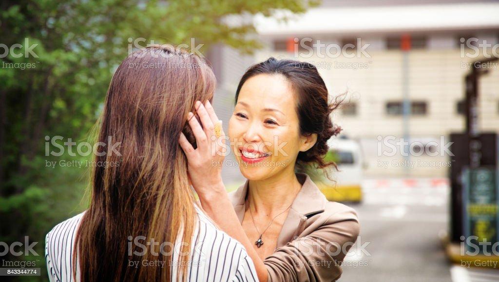Japanische Reife Mutter begrüßt ihre Tochter auf Parkplatz – Foto
