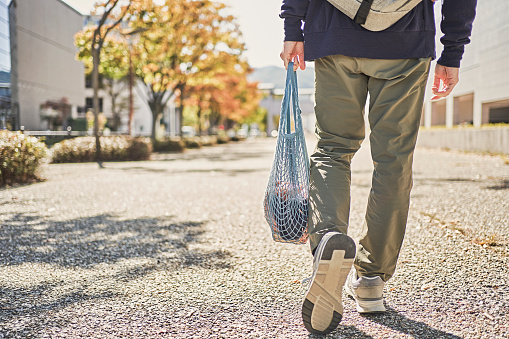 Japanese men are incorporating reusable cotton mesh bags into their daily lives.