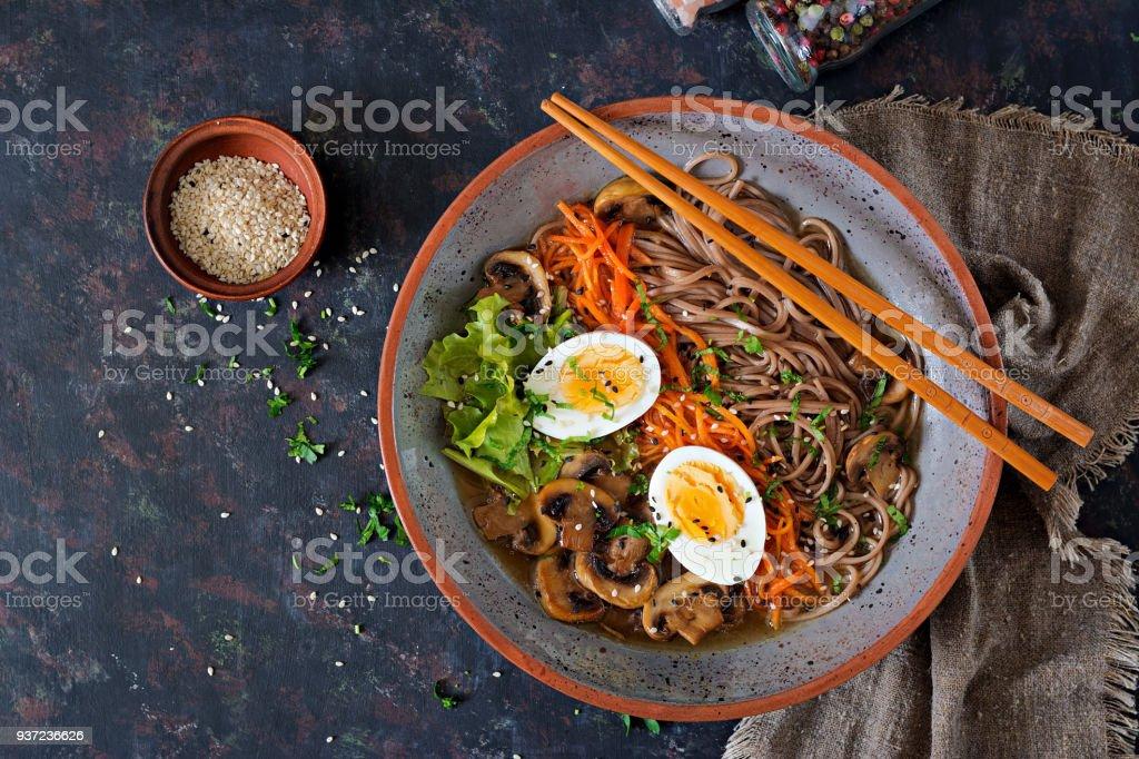 Japanische Miso Ramen-Nudeln mit Eiern, Karotten und Pilze. Suppe essen. Flach zu legen. Ansicht von oben – Foto
