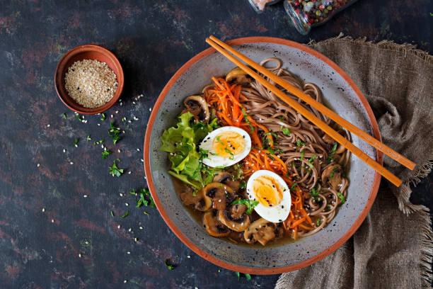 japanse miso ramen noedels met eieren, wortel en champignons. soep heerlijk eten. flat lag. bovenaanzicht - ramen noedels stockfoto's en -beelden