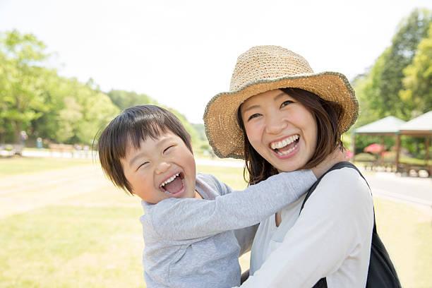 Japonés madre y niño - foto de stock