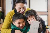 日本の母子が正月カードを読む