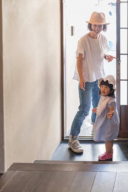 日本の母娘と若いお肌の散歩 ストックフォト