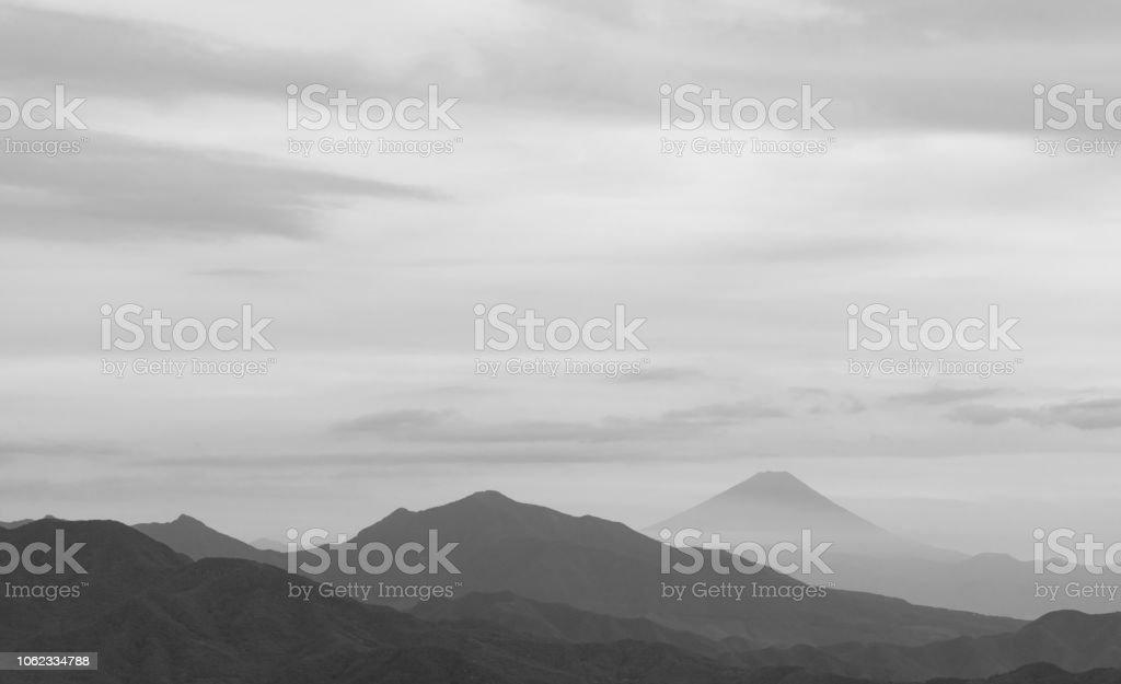Montañas de japonés, con el Monte Fuji en la distancia - foto de stock