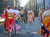 横浜の路上着物や「成人の日」スーツを着ている日本の新成人