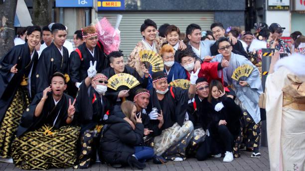 japanische neue erwachsene, die kimonos am ' coming of age day ' tragen, a.k.a. ' seijin no hi ' auf der straße in yokohama - damenschuhe k stock-fotos und bilder
