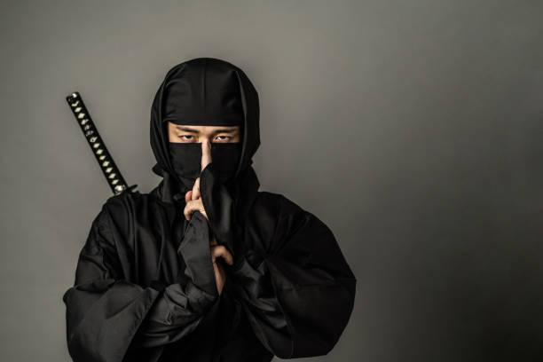 concepto de ninja japonés. samurai. - ninja fotografías e imágenes de stock