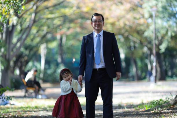 日本父母帶著女兒在石池去三人慶圖像檔