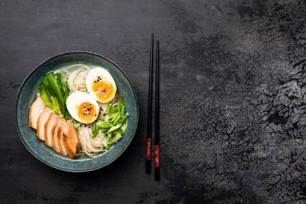 japanse ramen noedelsoep met kip - ramen noedels stockfoto's en -beelden