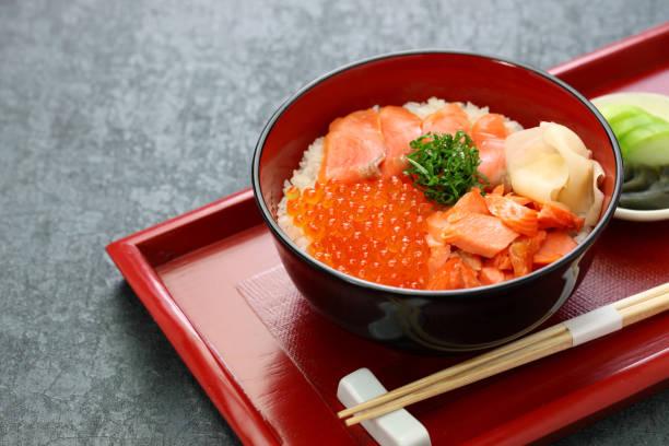サーモンとサーモンローをトッピングした日本丼 - 丼物 ストックフォトと画像