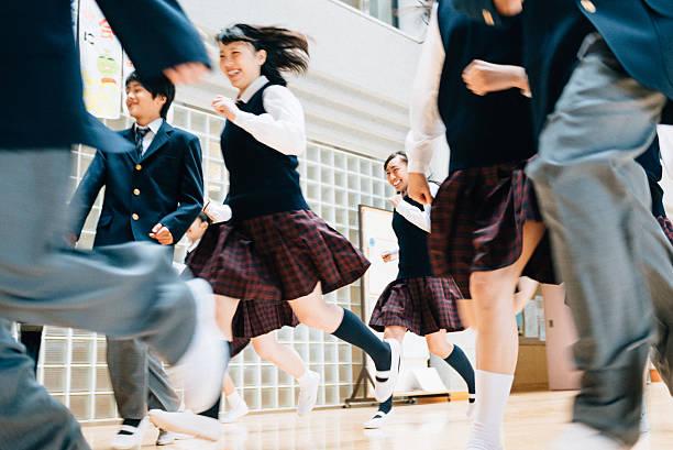 日本の学校女の子の男の子レースには、「リセス」 - 制服 ストックフォトと画像
