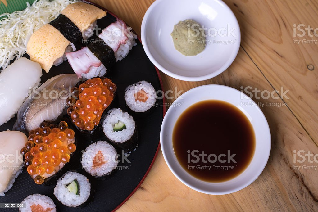 Japanese seafood sushi set on wood photo libre de droits