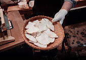 竹トレイに日本せんべい煎餅