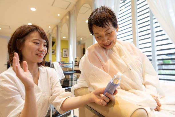 美容治療を有する日本の年配の女性 ストックフォト