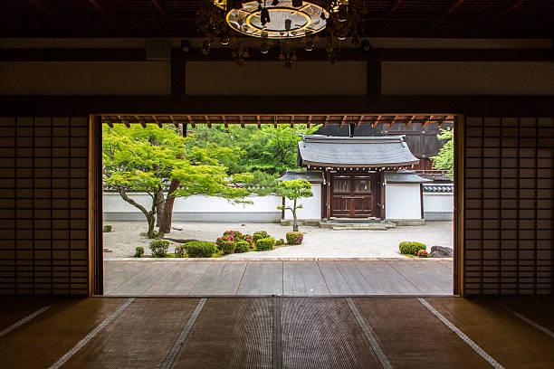 japanese shoji washi paper door at chionji temple kyoto japan - japanischer garten stock-fotos und bilder