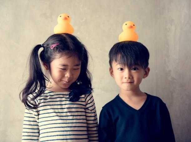 日本の兄弟の幸せを一緒に遊んで - 姉妹 ストックフォトと画像