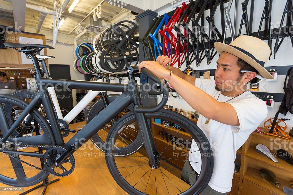 Japanese Small Businessman Working in a Bike Shop圖像檔