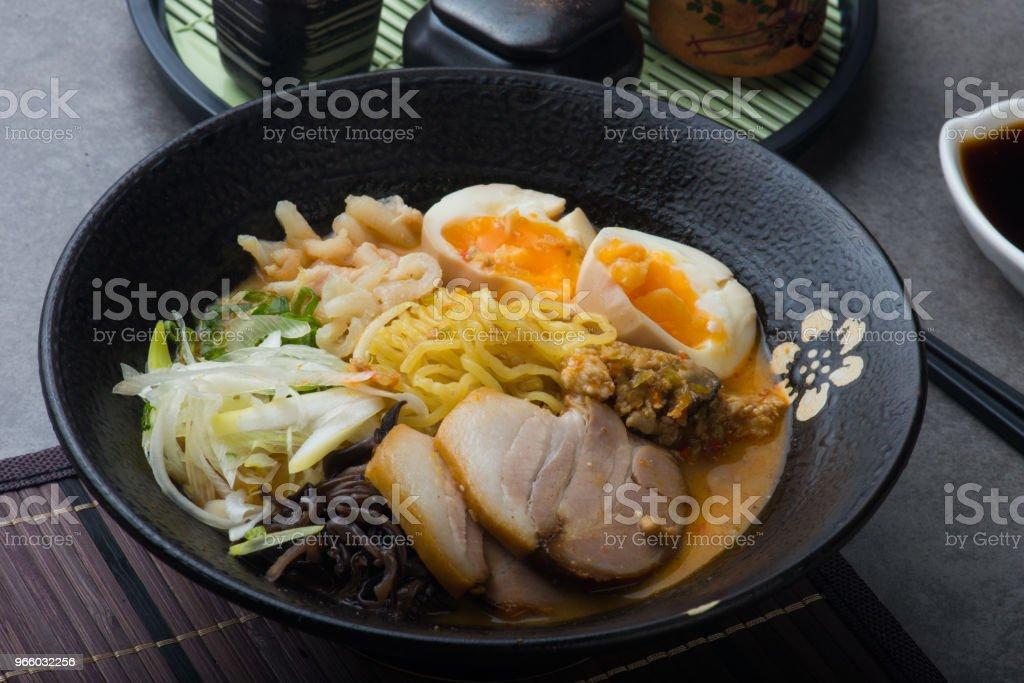 japanische würzige Miso Ramen-Nudeln mit Schweinebauch und marinierte Ei - Lizenzfrei Asiatische Nudeln Stock-Foto
