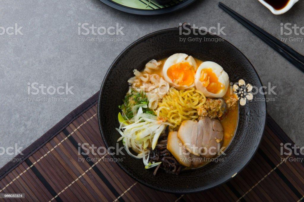 Japanse pittige miso ramen noedels met varkensvlees belly en gemarineerde ei - Royalty-free Avondmaaltijd Stockfoto