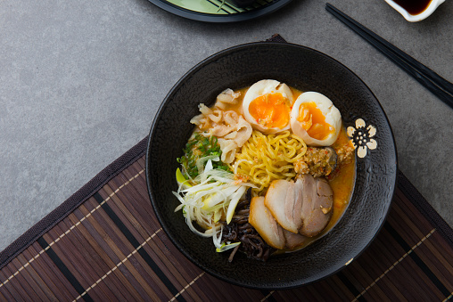 Japanse Pittige Miso Ramen Noedels Met Varkensvlees Belly En Gemarineerde Ei Stockfoto en meer beelden van Avondmaaltijd