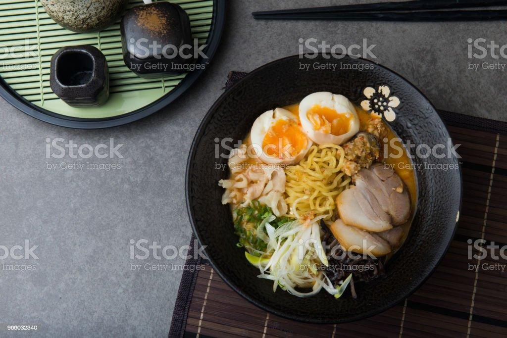 japanska kryddig miso ramennudlar med sidfläsk och marinerad ägg - Royaltyfri Asien Bildbanksbilder