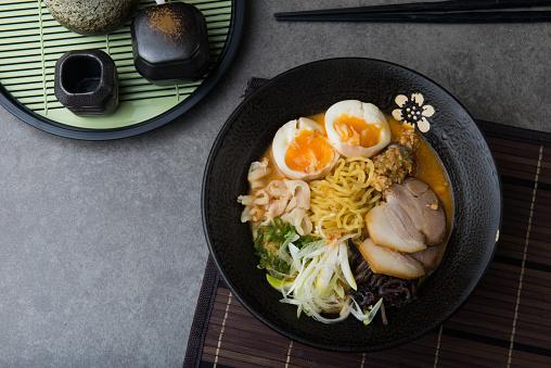Japanska Kryddig Miso Ramennudlar Med Sidfläsk Och Marinerad Ägg-foton och fler bilder på Asien