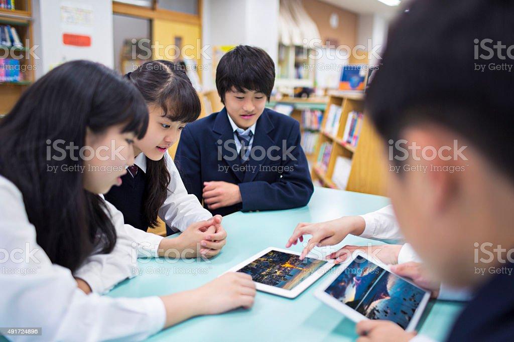 日本の学生のデジタルタブレットのライブラリの閲覧 ストックフォト
